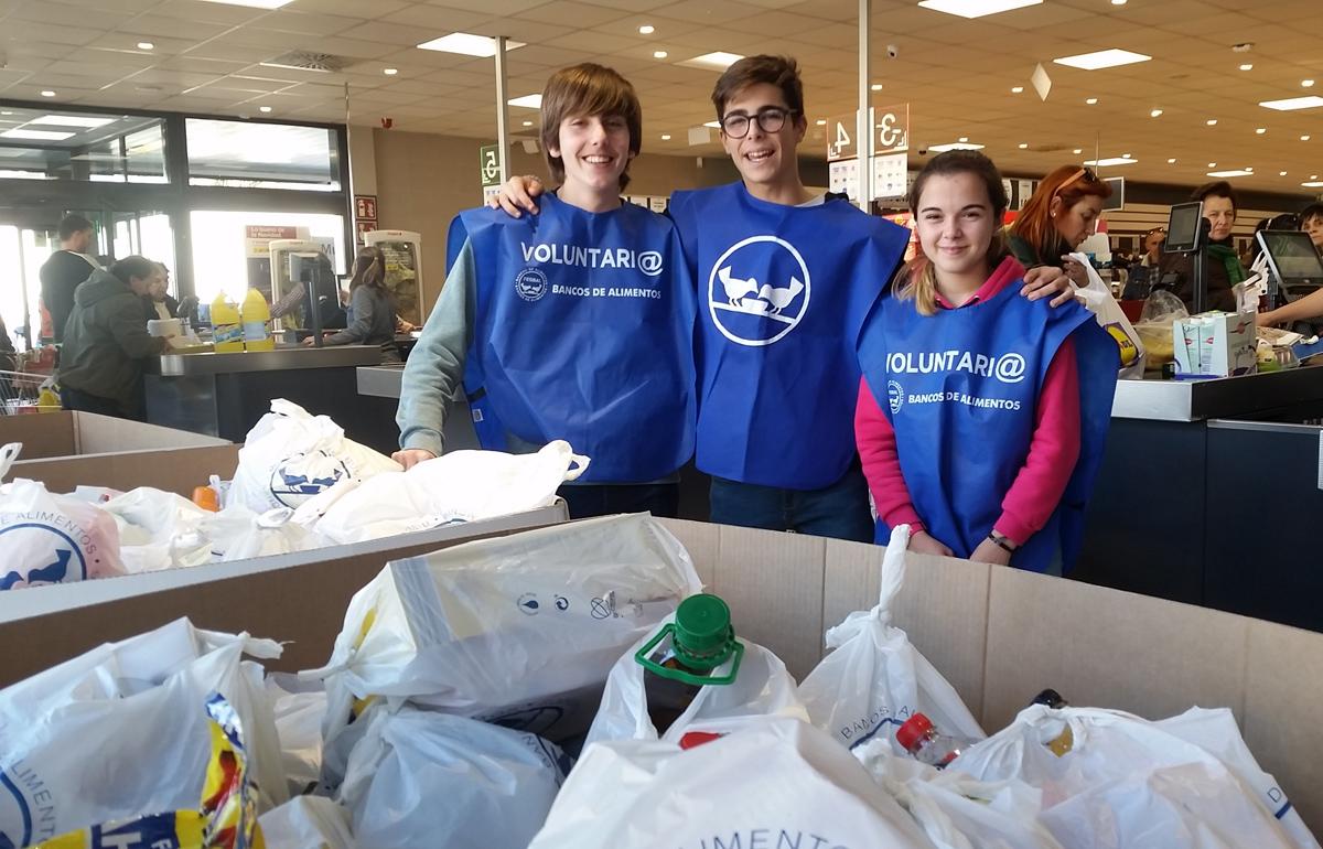 Voluntarios del colegio en la recogida solidaria de alimentos