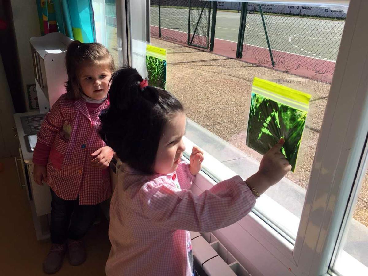 Descubriendo colores y letras en el aula de 2 años