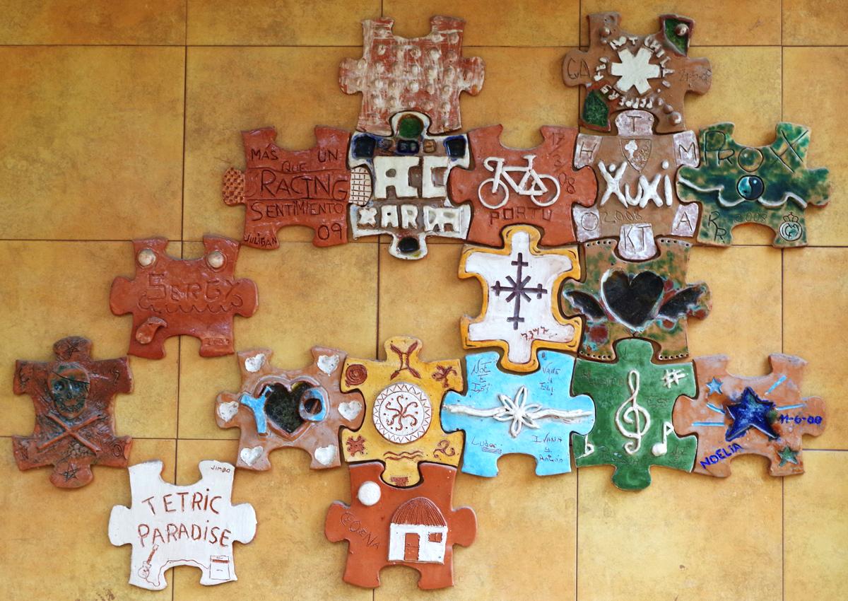 700 huellas personales en un mural de puzles