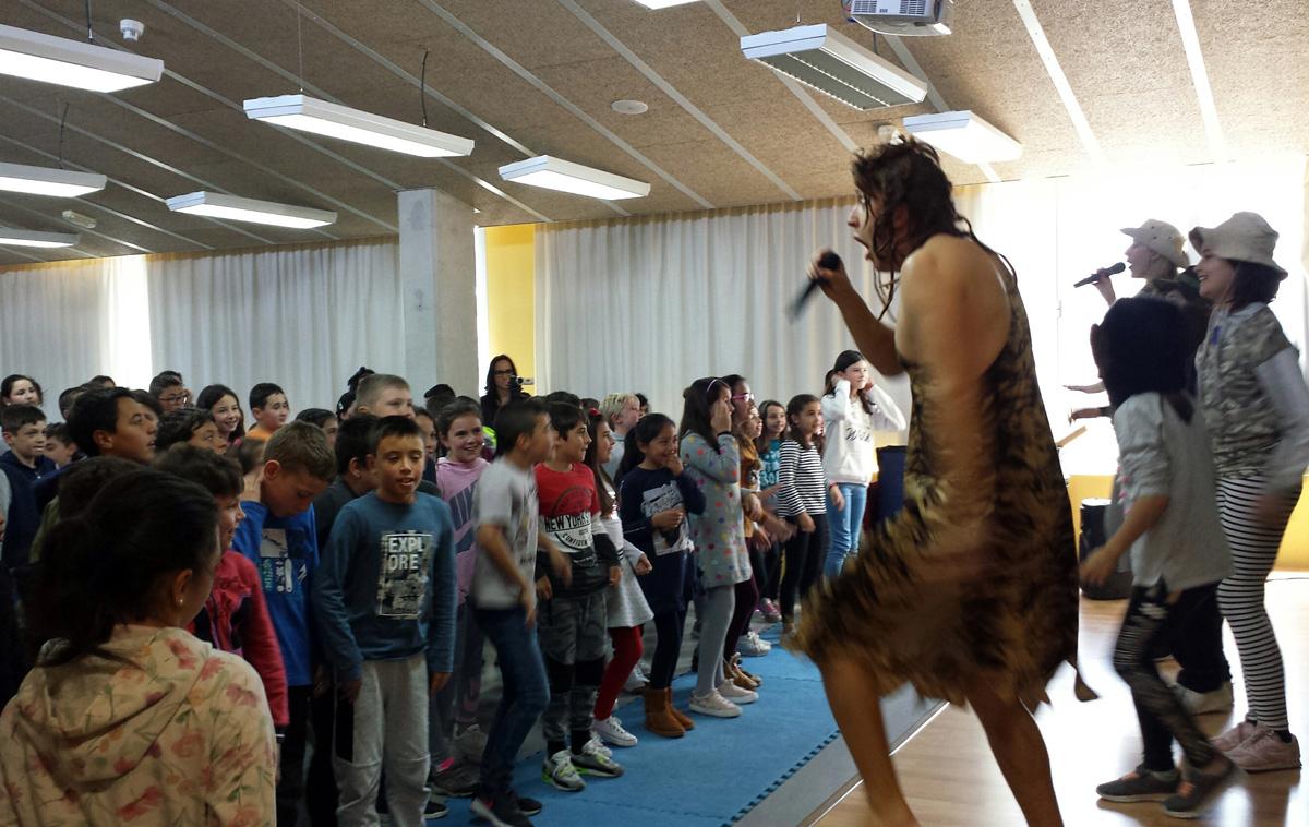 Tarzán canta y baila sobre el escenario… ¡y en inglés!
